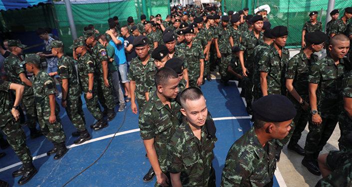 Soldados hacen filas para votar en las elecciones generales de Tailandia el 24 de marzo de 2019