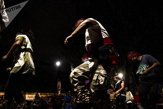 Personas en los techos instalados en el Zócalo de Ciudad de México durante el Festival de Primavera.