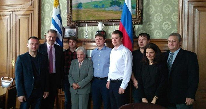 La vicepresidenta de Uruguay y presidenta del Senado, Lucía Topolansky con la delegación de expertos rusos