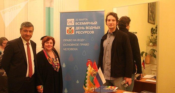 Hugo Villarroel Senzano (i), Svetlana Chumakova-Izmáilovskaya y Víctor Ternovsky