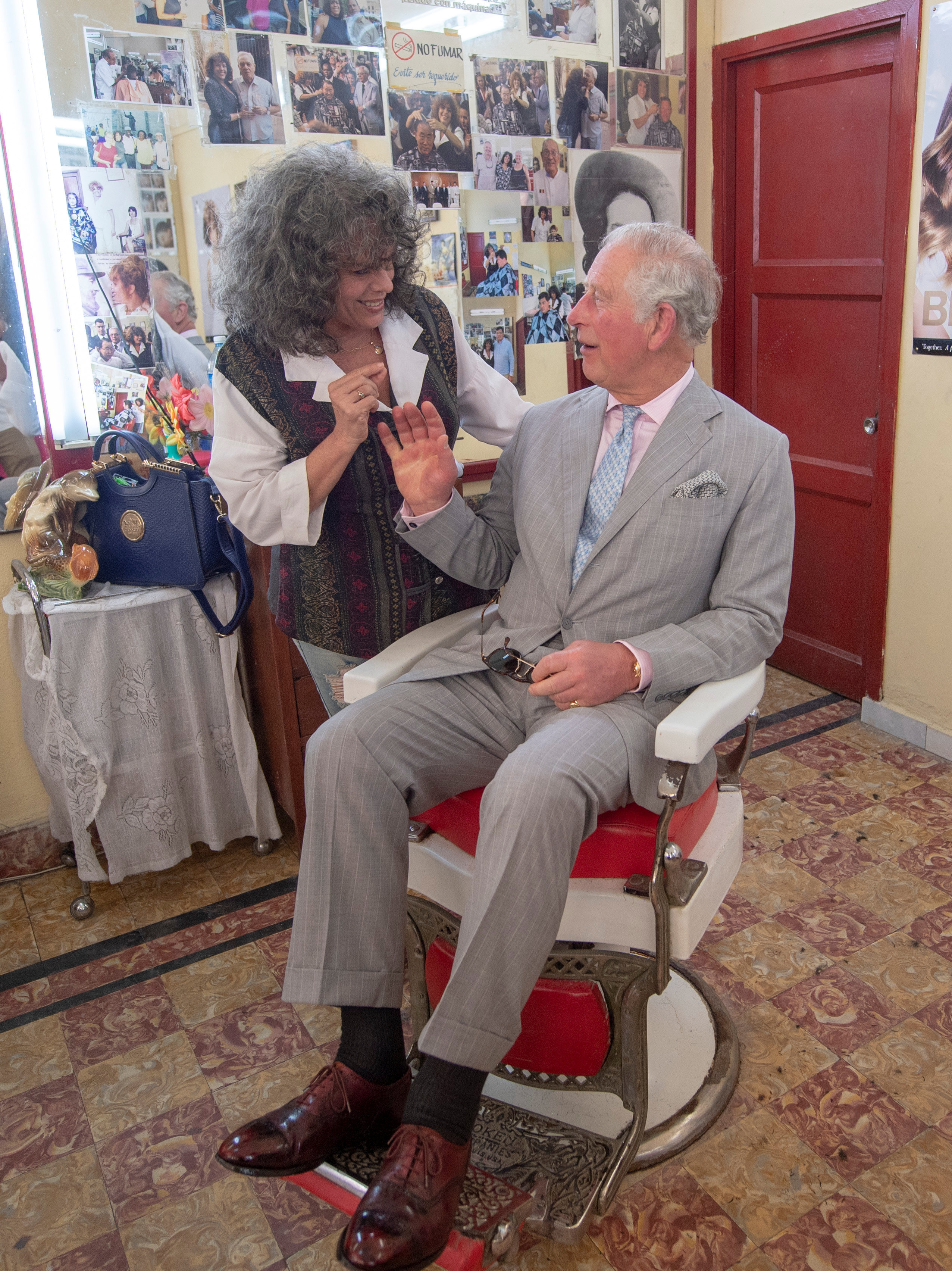 El príncipe Carlos visita una barbería particular en La Habana