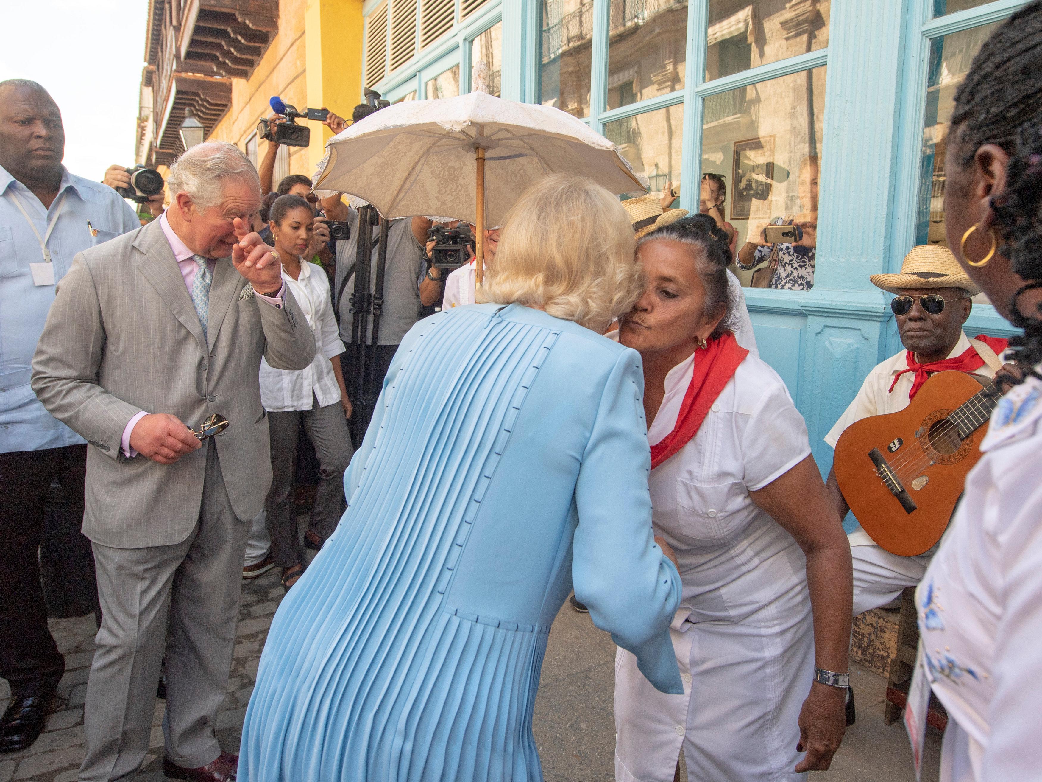 La pareja real saludó a los artistas populares que cantan en las calles de La Habana