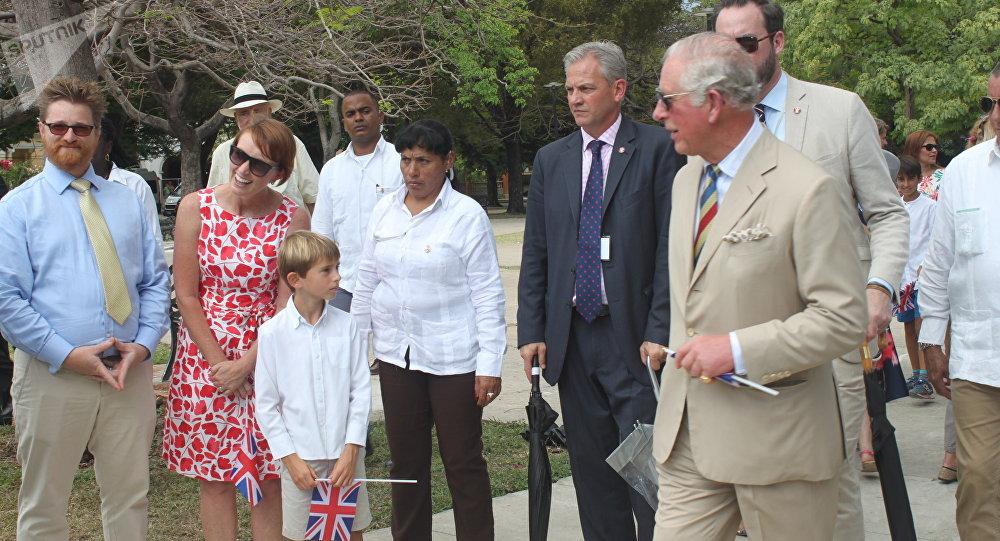 El príncipe Carlos en el parque John Lennon de La Habana
