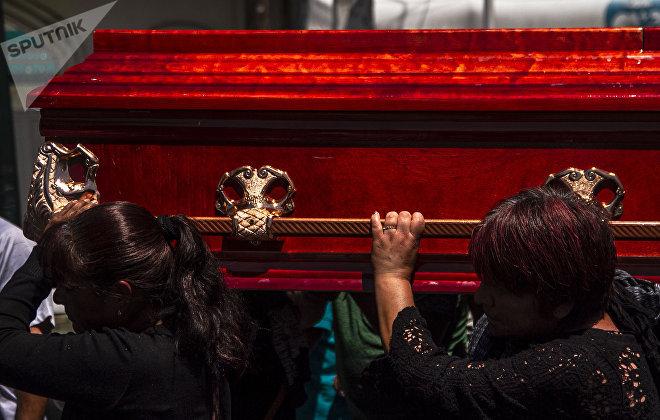 Mujeres durante un funeral en Xochimilco.