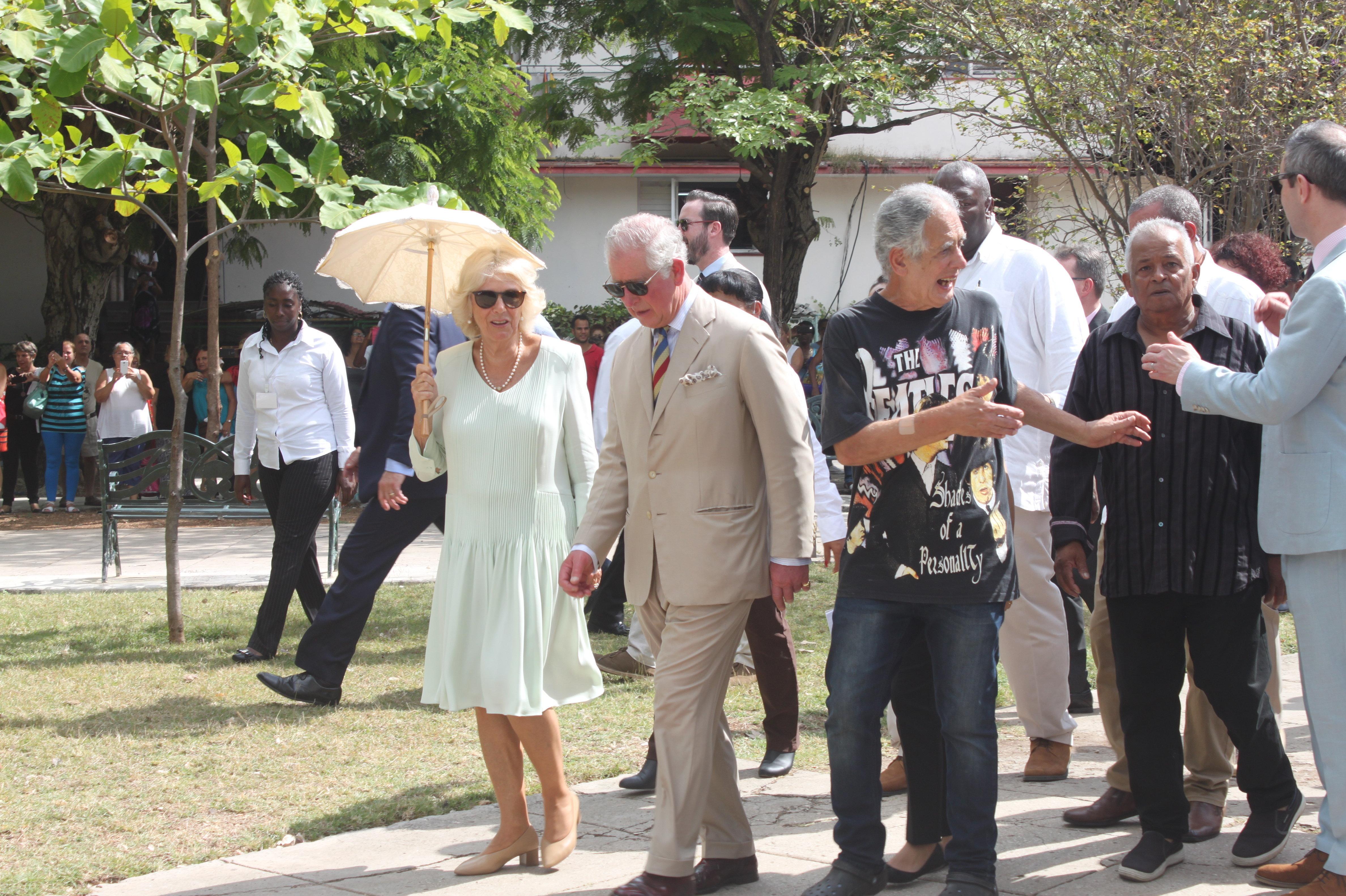 El príncipe Carlos y su esposa Camila en el parque John Lennon de La Habana