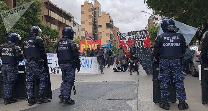 Manifestación en Córdoba contra la presencia del rey de España, Felipe VI, y el presidente de Argentina, Mauricio Macri