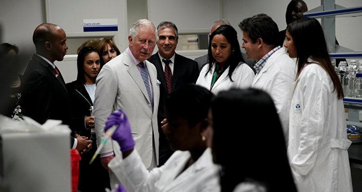 El príncipe Carlos en el Centro de Inmunología Molecular de Cuba