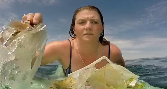 El triste vídeo de una surfista recogiendo basura del océano