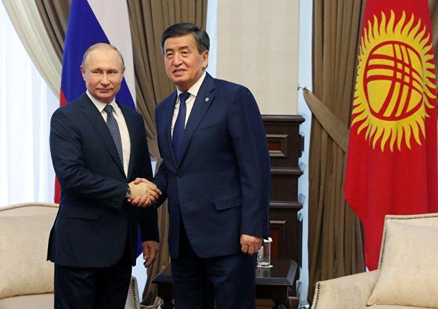 El presidente de Rusia, Vladímir Putin, y su par kirguís, Sooronbay Jeenbekov