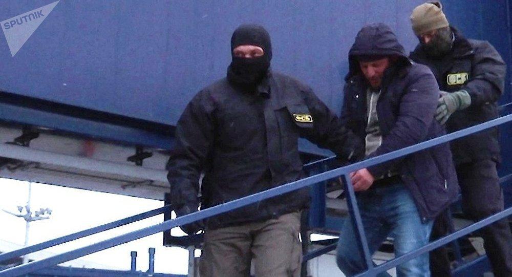 FSB ruso durante la detención de un miembro de la célula terrorista implicada en el doble ataque de 2010 al Metro de Moscú, Rusia