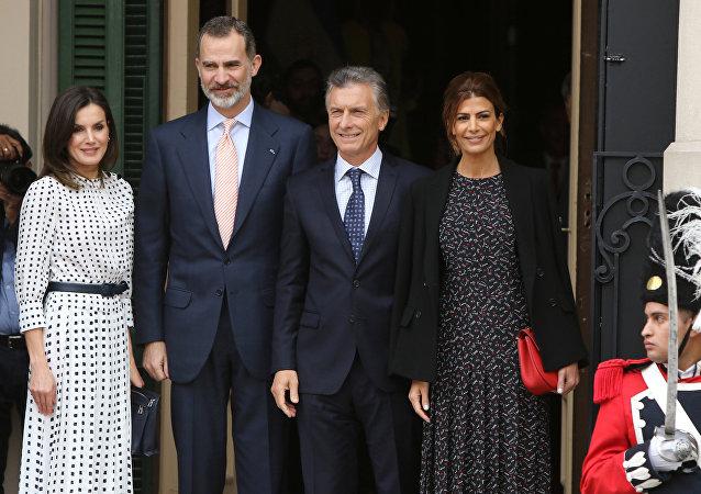 El rey de España, Felipe VI y el presidente de Argentina, Mauricio Macri junto a sus esposas
