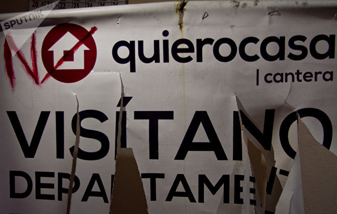 Logotipo de la inmobiliaria Quiero Casa intervenido por vecinos del barrio Santo Domingo, en contra de la construcción en el predio Aztecas 215, Ciudad de México.
