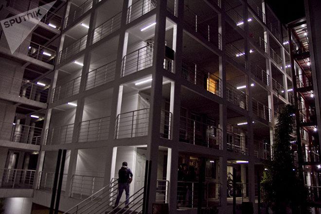 Residente de San Antonio Abad 62, Ciudad de México, entra al conjunto habitacional de Quiero Casa que según peritajes del DRO 0219 es inhabitable por las condiciones de la construcción.