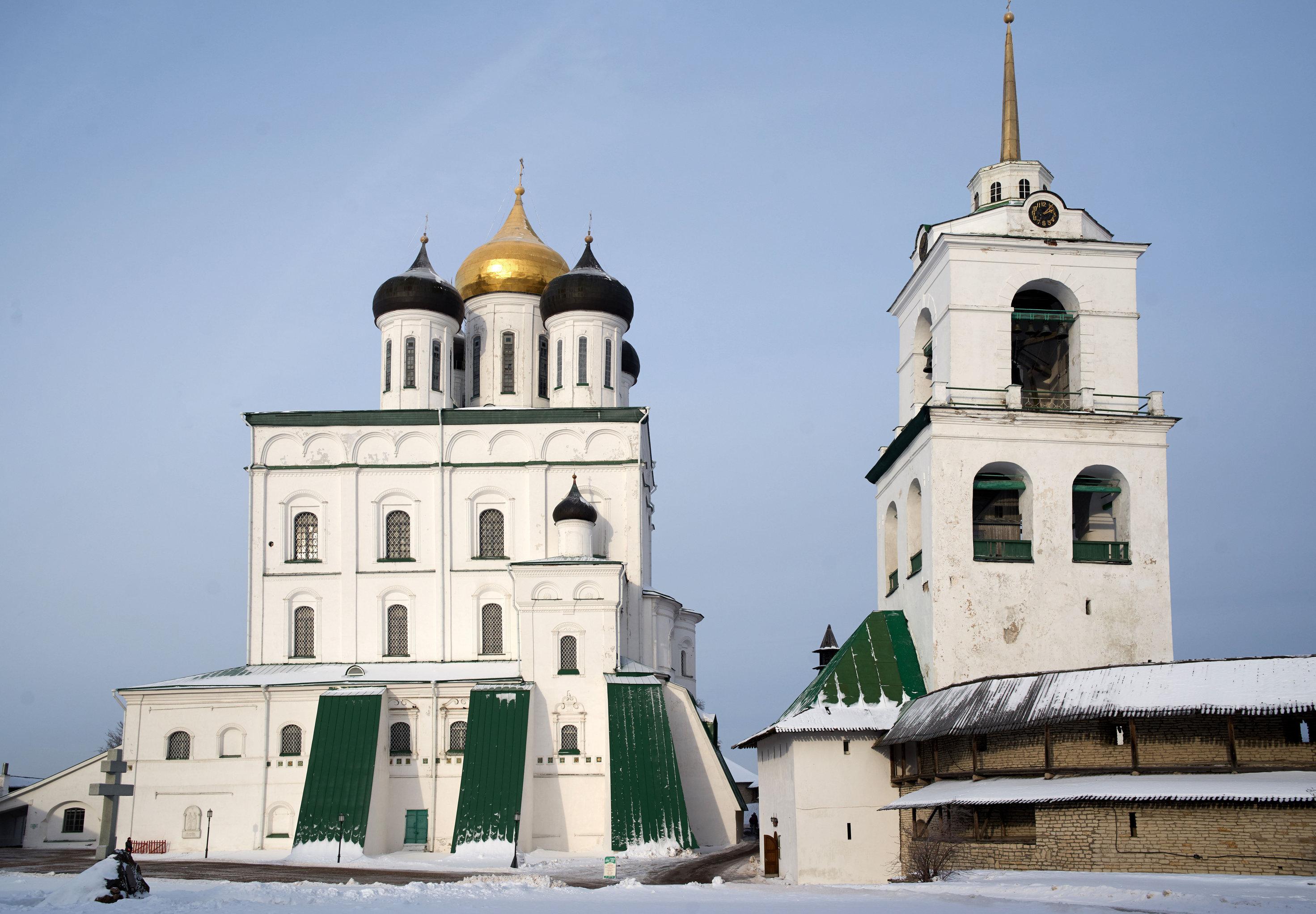 Una catedral en la ciudad de Pskov, Rusia