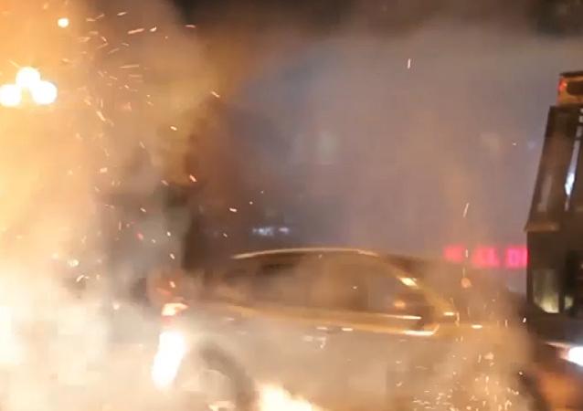 Agua contra fuego: estudiantes chocan con la policía chilena en Santiago