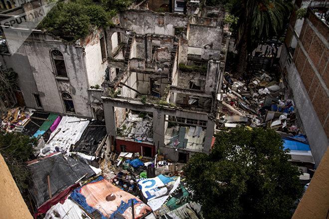 Predio de la antigua embajada de la República Española en la Ciudad de México, desalojada por policías.