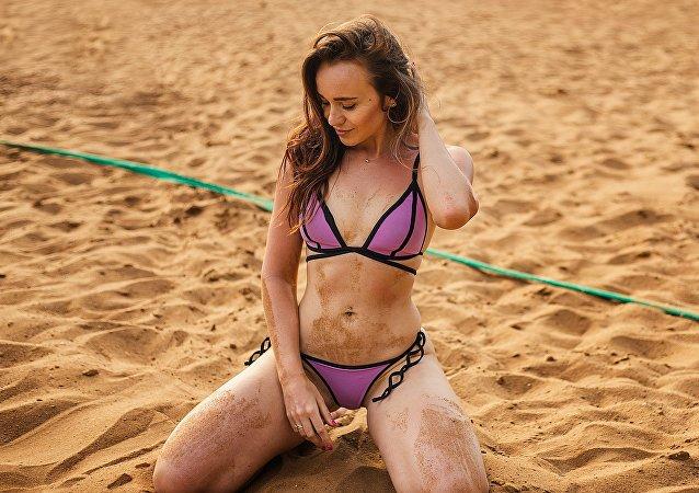 Una joven en la playa
