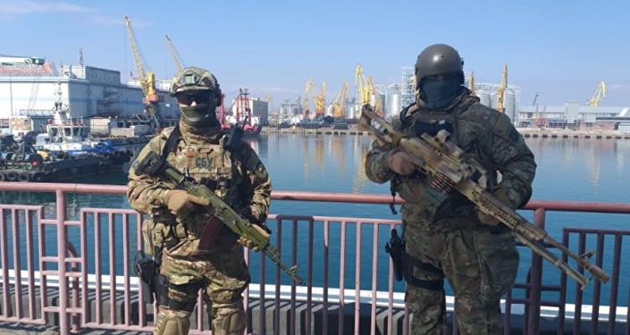 Hombres armados patrullan las calles de la ciudad de Odesa (Ucrania)