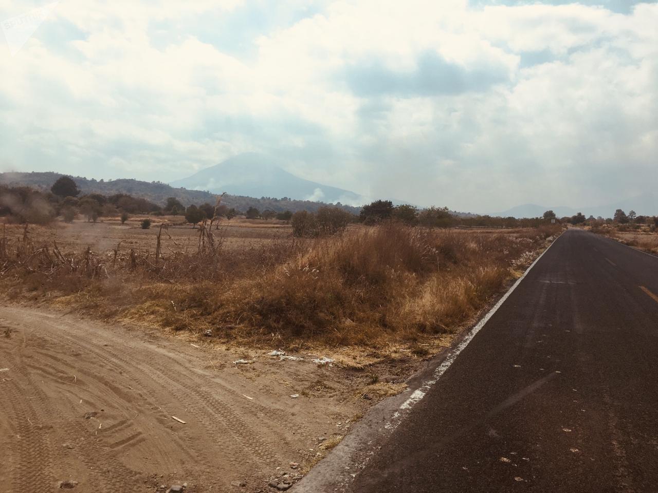 El Popocatépetl, oculto a la distancia tras su nube de humo