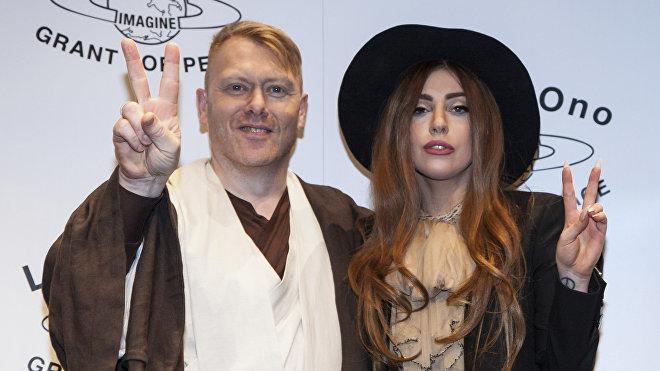 El humorista islandés y exalcalde de Reikiavik, Jon Gnarr, posa junto a la cantautora estadounidense Lady Gaga