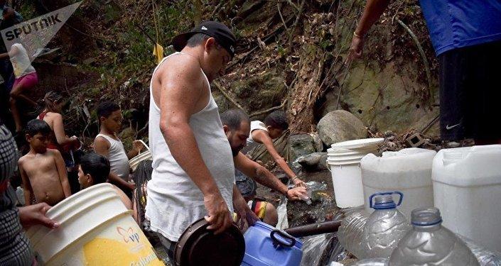 Los venezolanos reúnen agua de fuentes indicadas por las autoridades