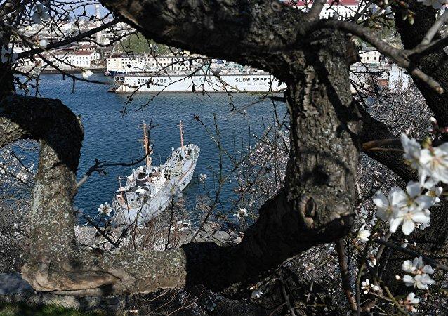 Un barco en Sebastopol, Crimea, Rusia