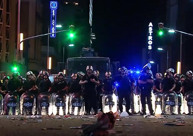 Los festejos de los hinchas de Racing desembocan en enfrentamientos en Buenos Aires
