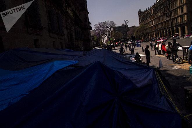 Ciudad de México: Estudiantes de la Normal Rural Mactumactzá levantan el plantón mantenido frente al Palacio Nacional
