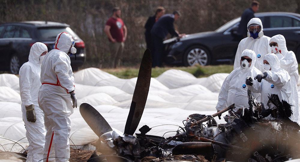 Expertos de Alemania y Rusia en el lugar de la catástrofe aérea de un avión privado Epic-LT cerca de Fráncfort del Meno