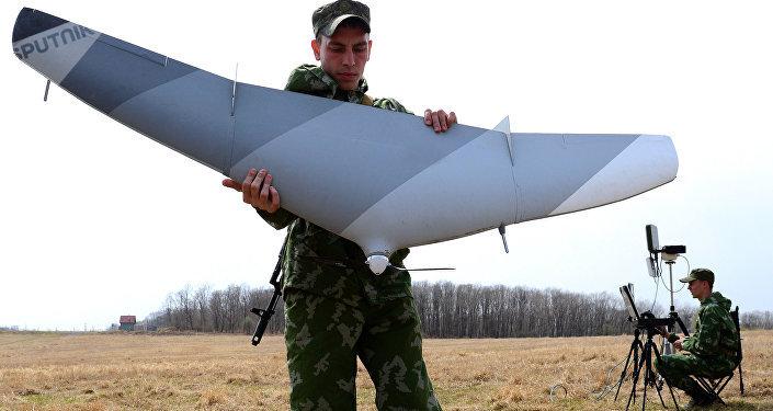 Un militar ruso con un dron (archivo)