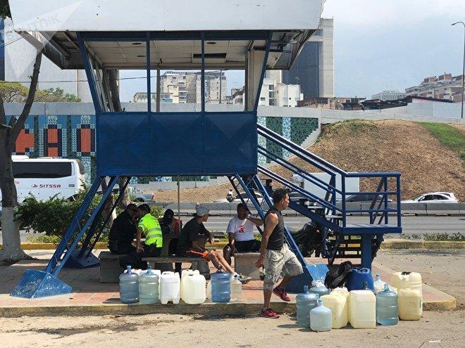 Munidos de botellones plásticos, los caraqueños van a los manantiales del cerro Ávila a proveerse de agua