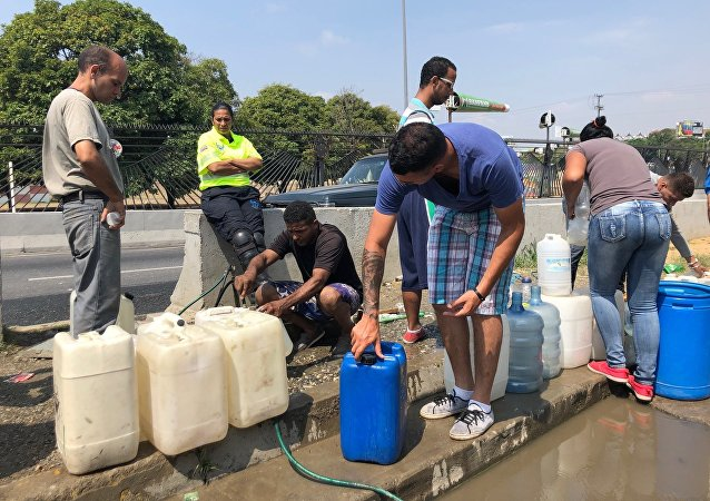 En las filas para tomar agua de los manantiales del Ávila, suele haber acalorados debates sobre la situación del país