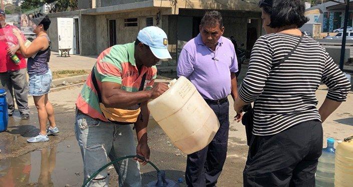Los edificios que disponen de agua en Caracas, la racionan; mientras, otros tanto salen a buscarla en vertientes naturales