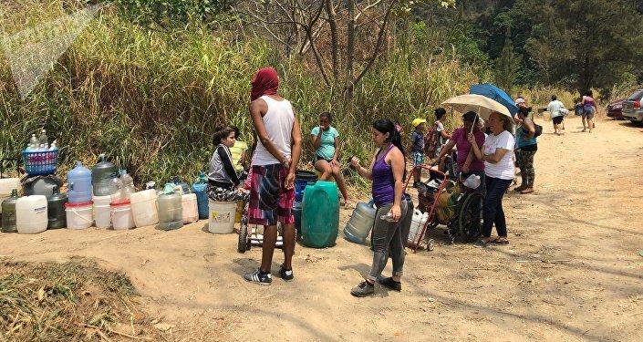Quienes van a esperar su turno para llevarse agua en bidones a sus casas saben que deben ir con sombrillas, pues es posible que estén un buen rato por debajo del sol