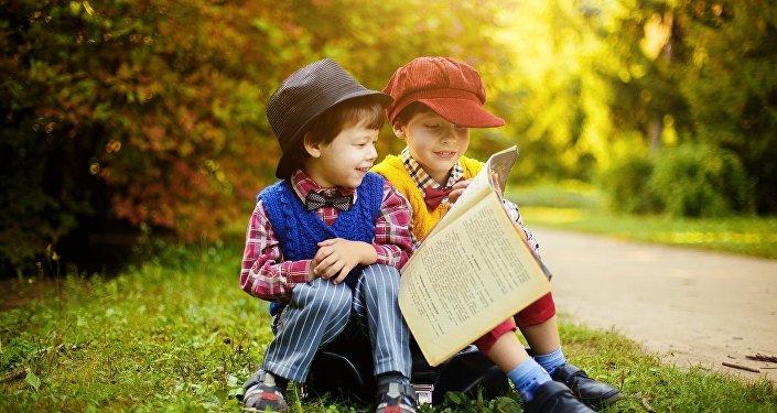 Niños leen libros