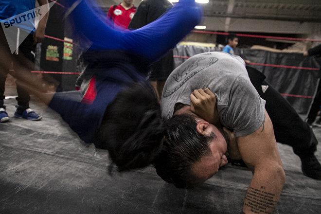 Ecatepec, Estado de México: Tigre Metálico da una muestra de derribes en su clase de lucha libre