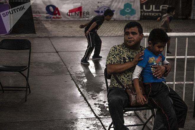 Ecatepec, Estado de México: Padres de familia observan la clase de lucha libre en la Arena Rey Bucanero