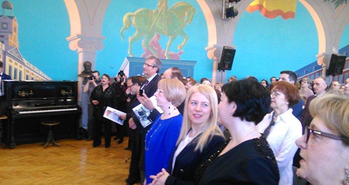 Marina Polisar, profesora responsable de clases de español (en el traje azul), Irina Anúrova (centro)