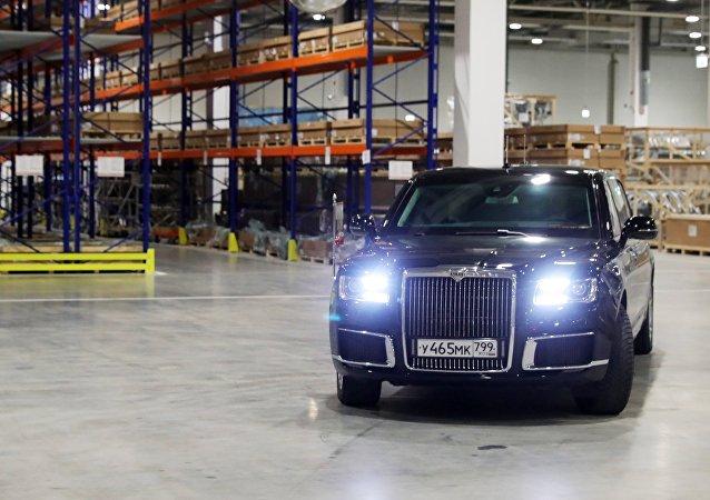 Putin llega a la inauguración de una fábrica de Mercedes en su limusina Aurus