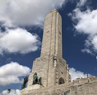 La ciudad de Rosario, la tercera en población de Argentina, es conocida por ser cuna de la bandera nacional y el monumento dedicado a esta; pero también por ser un centro de narcotráfico en el presente