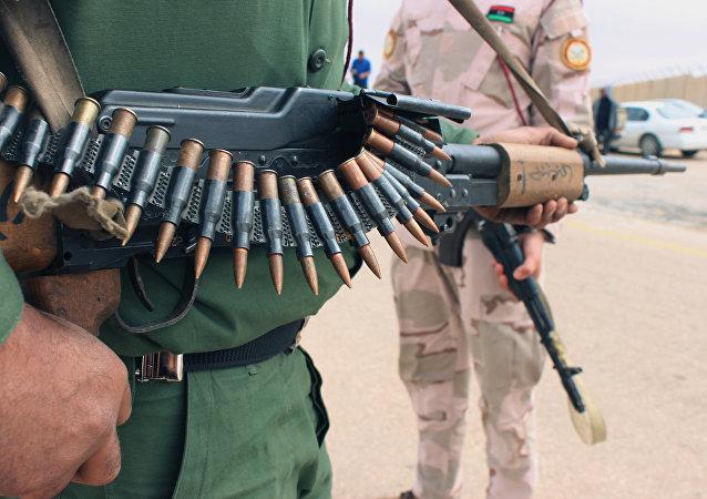 Un militar con un arma en Tripoli, Libia