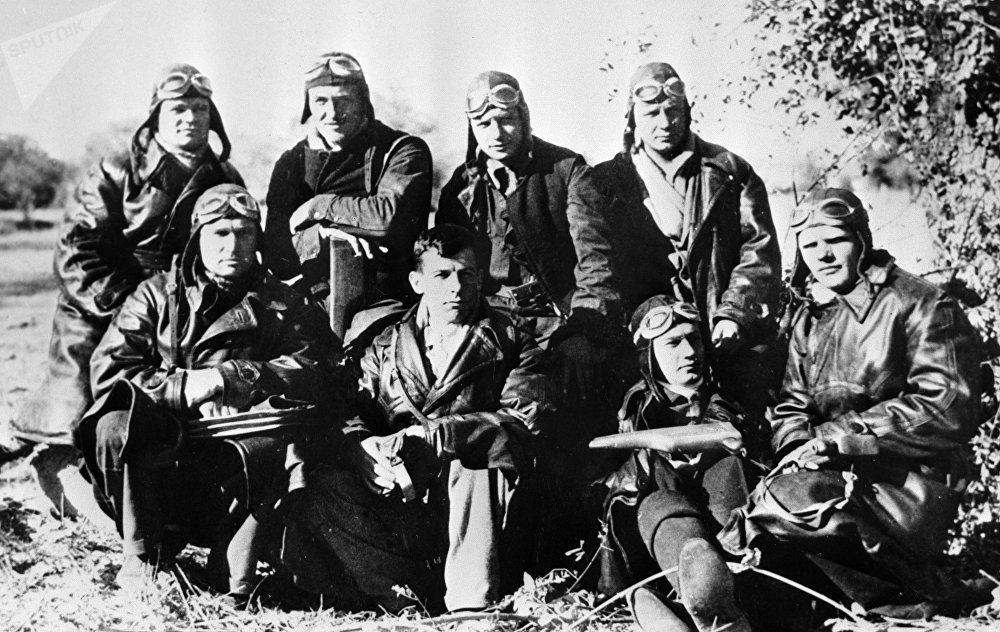 Aviadores soviéticos en un aeródromo republicano cerca de Madrid