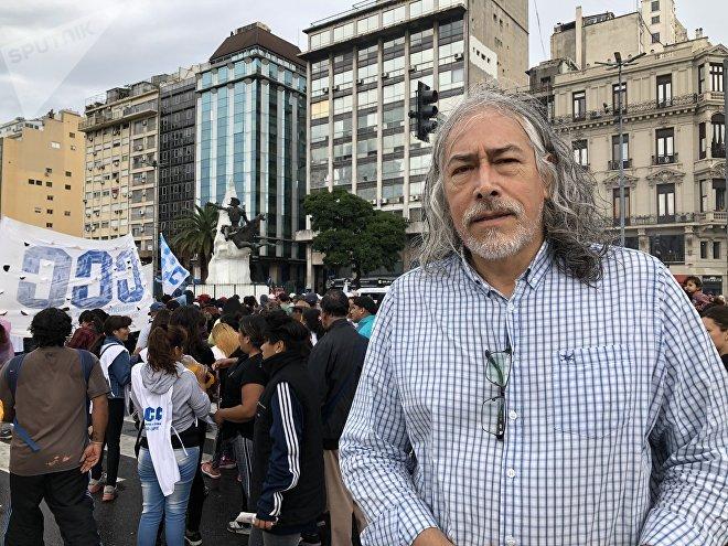 Tomás García es docente y marcha por mejores condiciones salariales para afrontar la crisis que atraviesa Argentina