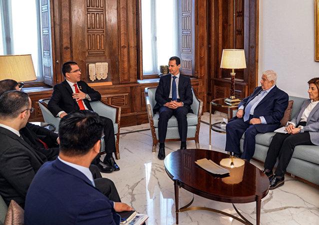 El presidente de Siria, Bashar Asad, el ministro de exteriores venezolano, Jorge Arreaza, y el sirio, Walid Muallem