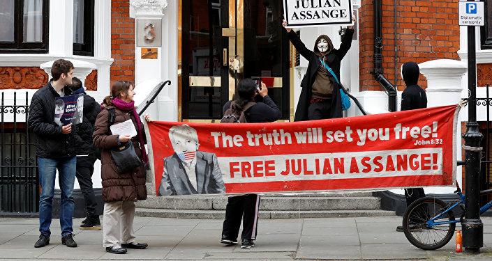 Protesta de los defensores del fundador de Wikileaks, Julian Assange, ante la Embajada de Ecuador en Londres, Reino Unido ()