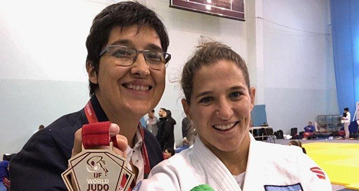 Laura Martinel y Paula Pareto tras obtener una medalla de oro en Rusia, en marzo de 2019