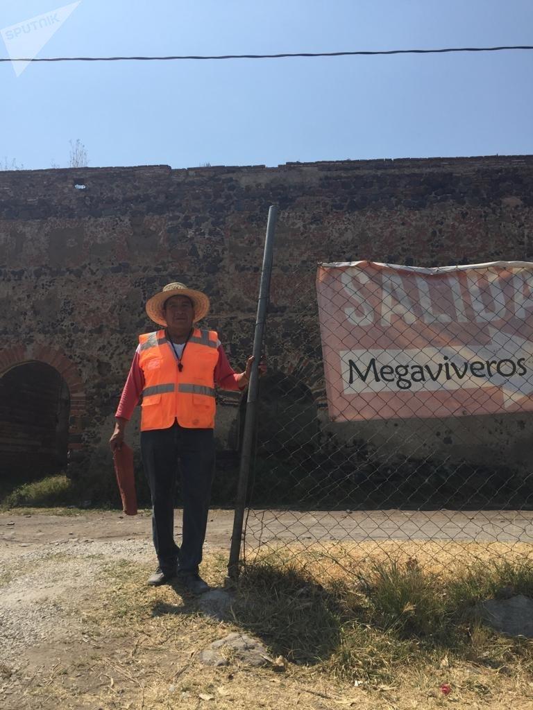 Ciriaco Juárez, trabajador del más grande vivero de Atlixco, Puebla, en las faldas del volcán Popocatépetl , que proveen la flores de pascua en Navidad, y el Cempazúchitl amarillo de las fiestas del Día de Muertos.