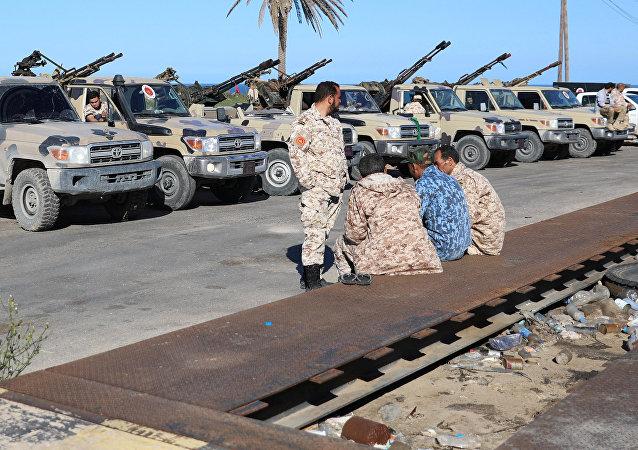 Vehículos militares a las afueras de Trípoli