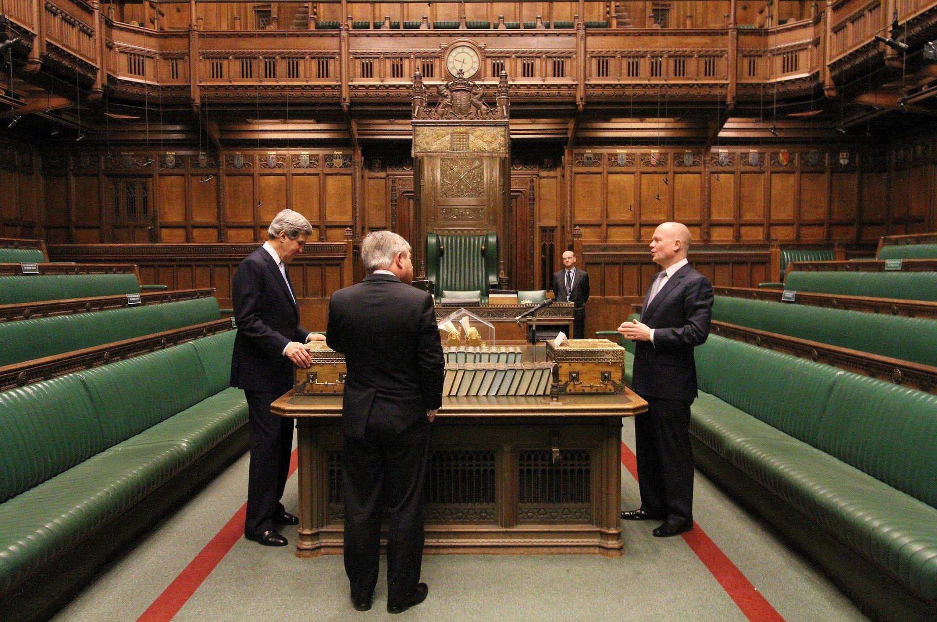 La distancia entre las dos líneas rojas que bordean a cada bancada equivale al largo de dos espadas en la Cámara de los Comunes del Reino Unido
