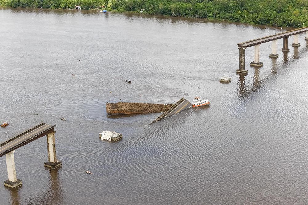 Un puente de 860 metros colapsa tras ser golpeado por un barco